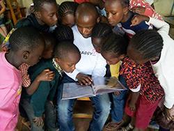 아이들이 꿈을 펼칠 수 있도록 책을 펼쳐주세요